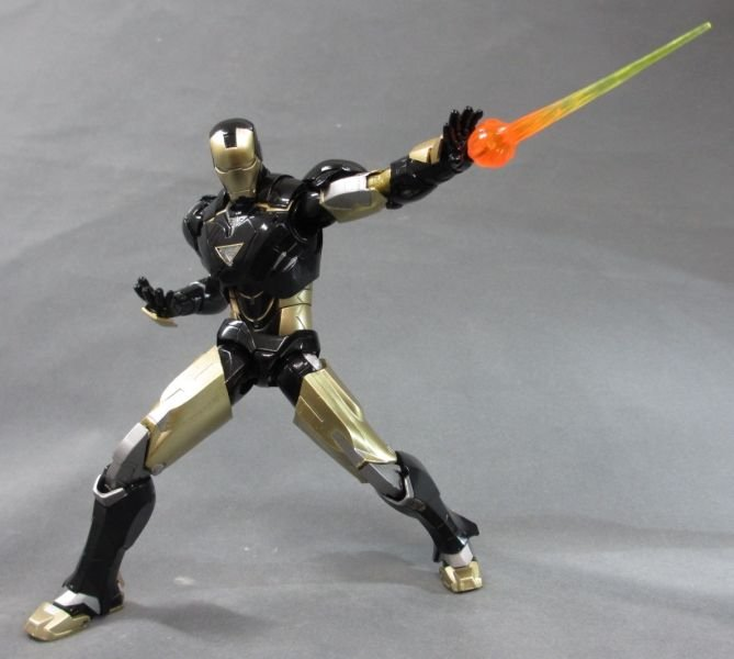 SH Figuarts Iron Man Mark VI Black And Gold 002