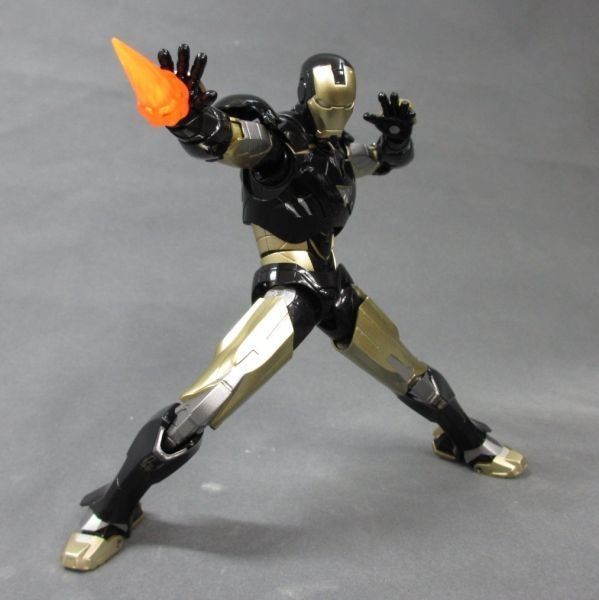 SH Figuarts Iron Man Mark VI Black And Gold 003