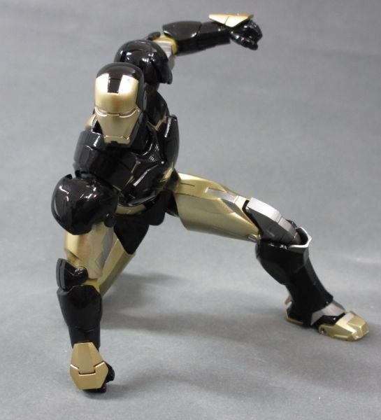 SH Figuarts Iron Man Mark VI Black And Gold 006