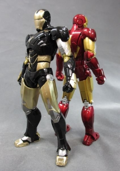 SH Figuarts Iron Man Mark VI Black And Gold 008