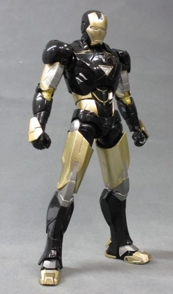 SH Figuarts Iron Man Mark VI Black And Gold 009