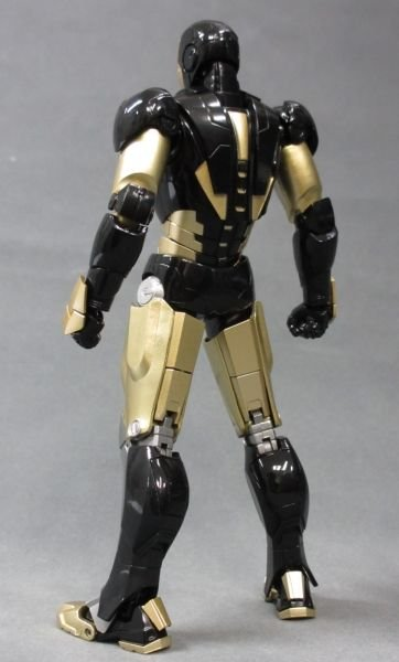 SH Figuarts Iron Man Mark VI Black And Gold 010