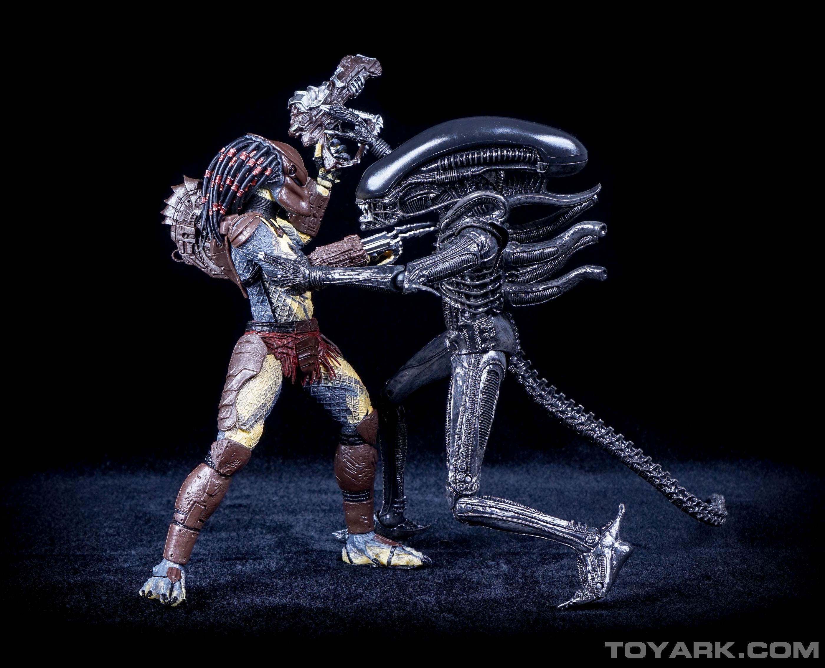Predator Toys R Us : Alien vs predator mini comic recreated with photos by neca