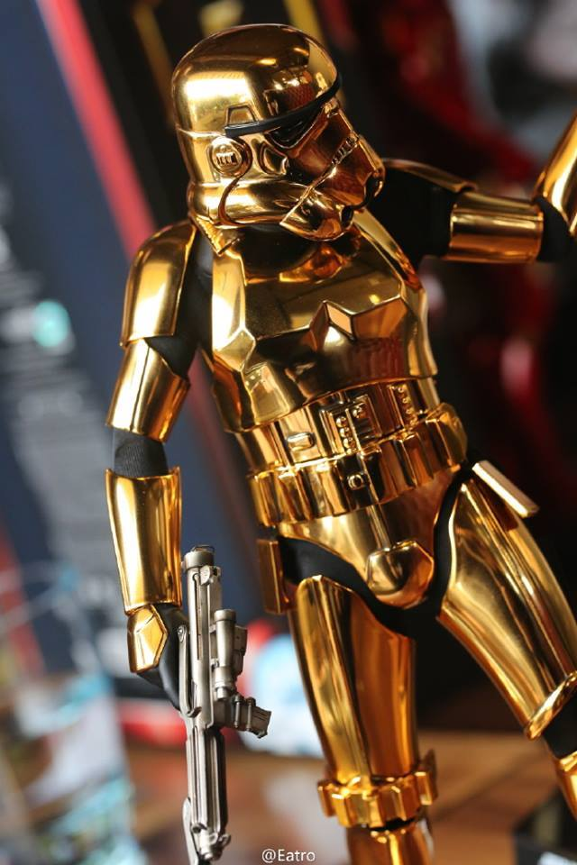 Hot Toys Star Wars 1/6 Scale Gold Stormtrooper Figure Hot-Toys-Gold-Stormtrooper-Display-008
