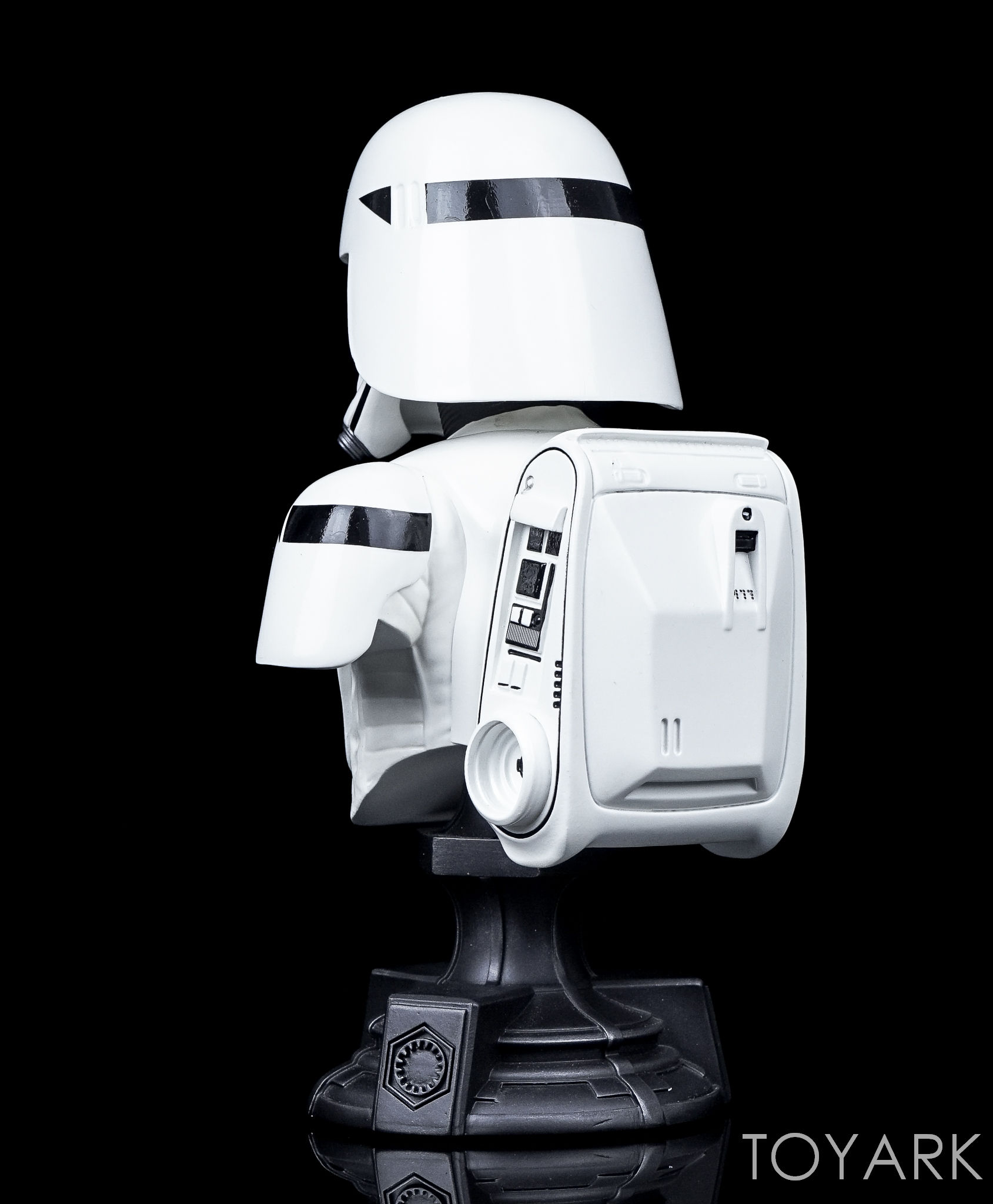 http://news.toyark.com/wp-content/uploads/sites/4/2016/12/Force-Awakens-Snowtrooper-Classic-Bust-008.jpg
