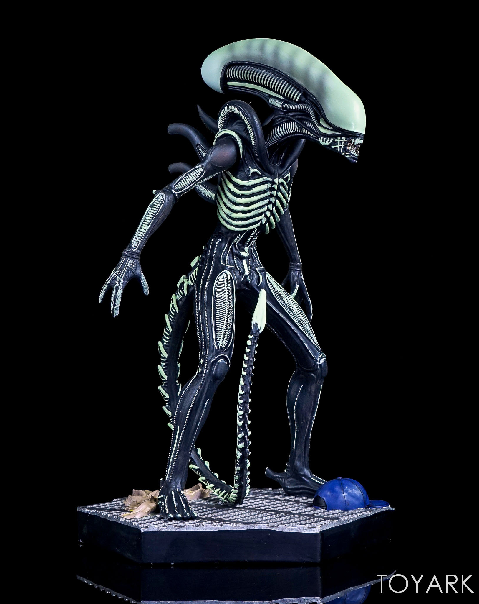 http://news.toyark.com/wp-content/uploads/sites/4/2017/12/Eaglemoss-Glow-in-the-Dark-Alien-Statue-005.jpg