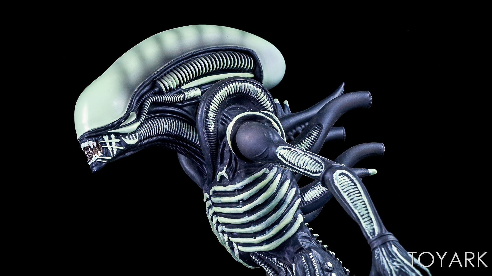 http://news.toyark.com/wp-content/uploads/sites/4/2017/12/Eaglemoss-Glow-in-the-Dark-Alien-Statue-013.jpg