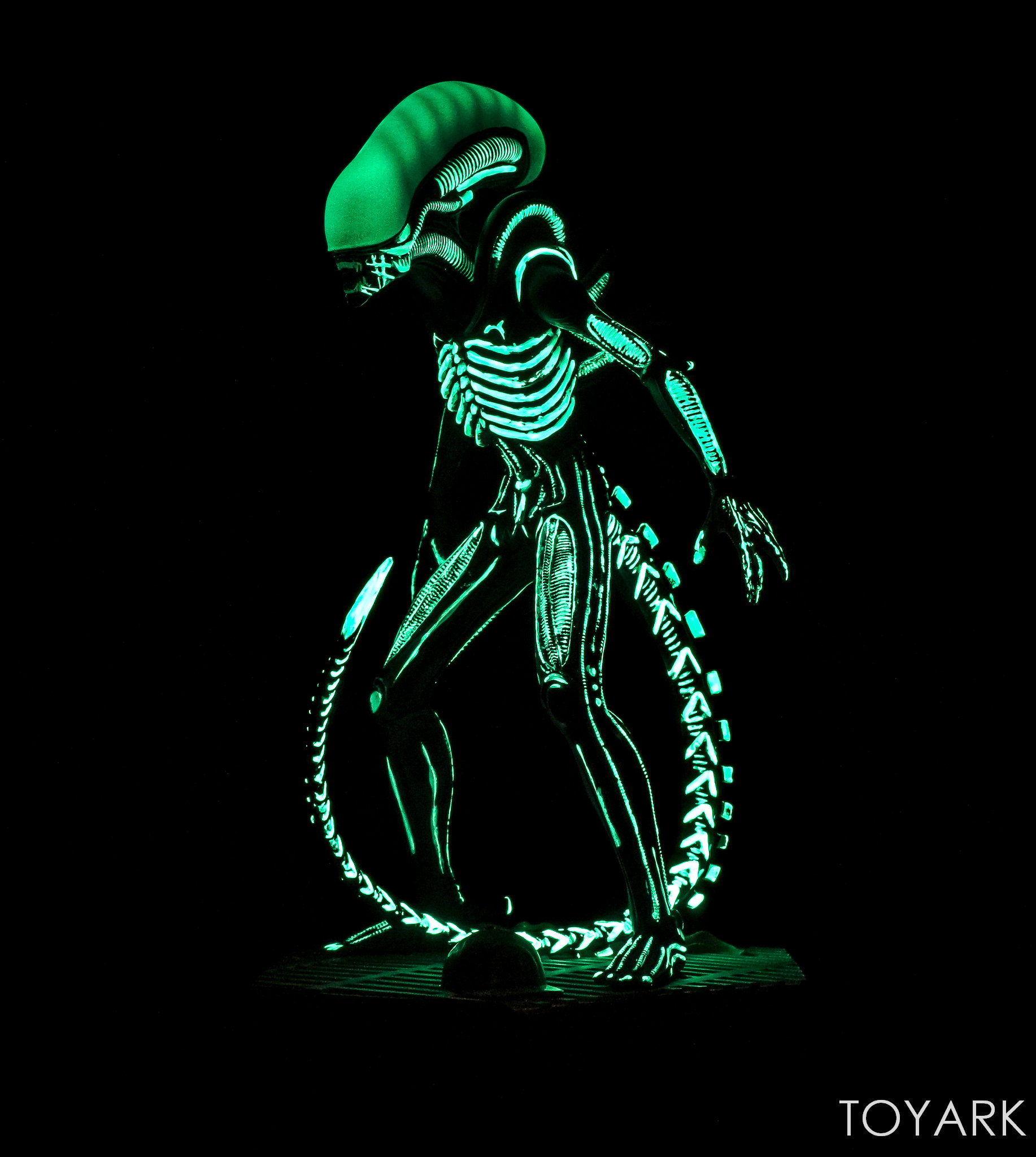http://news.toyark.com/wp-content/uploads/sites/4/2017/12/Eaglemoss-Glow-in-the-Dark-Alien-Statue-017.jpg