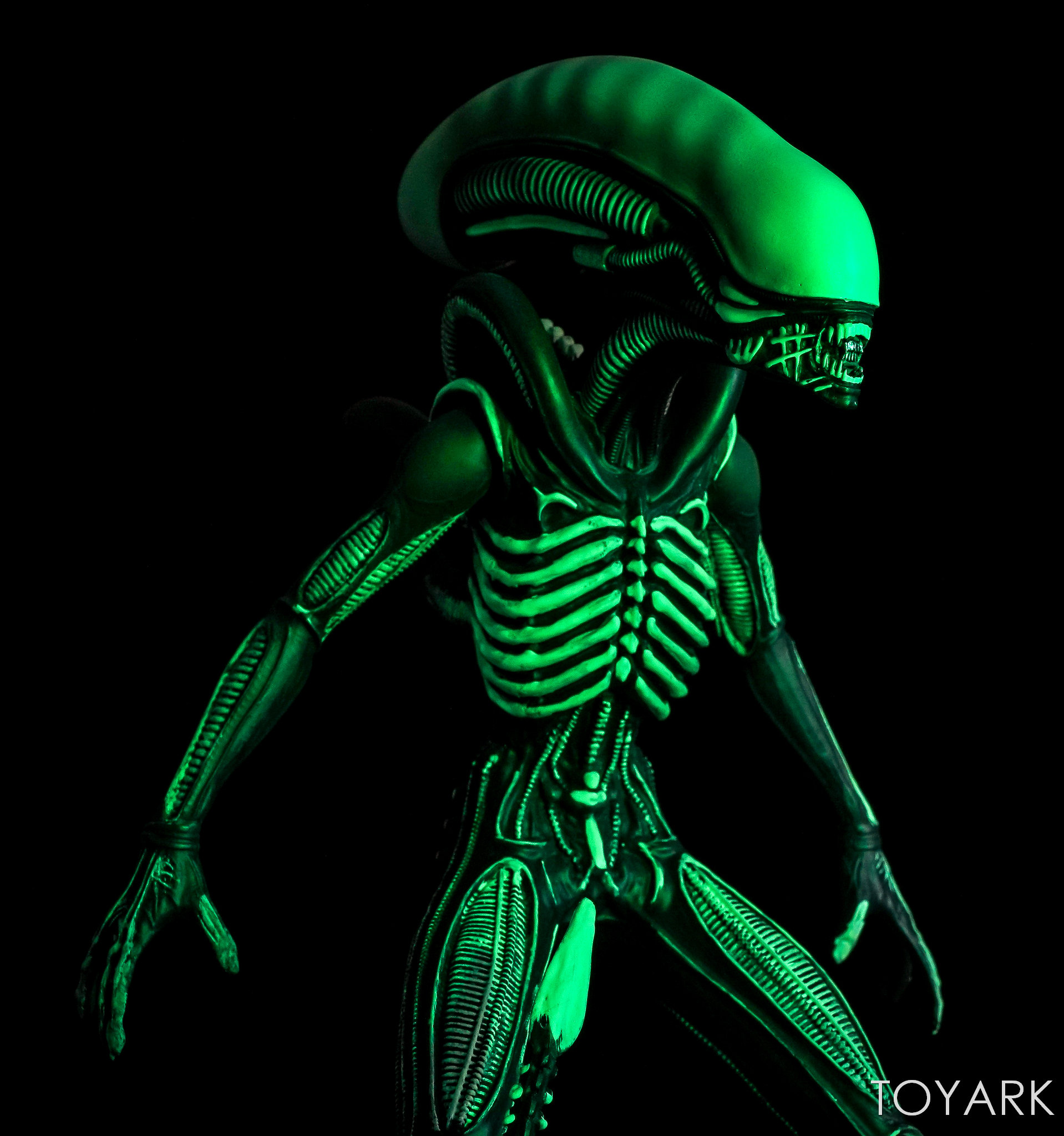http://news.toyark.com/wp-content/uploads/sites/4/2017/12/Eaglemoss-Glow-in-the-Dark-Alien-Statue-024.jpg