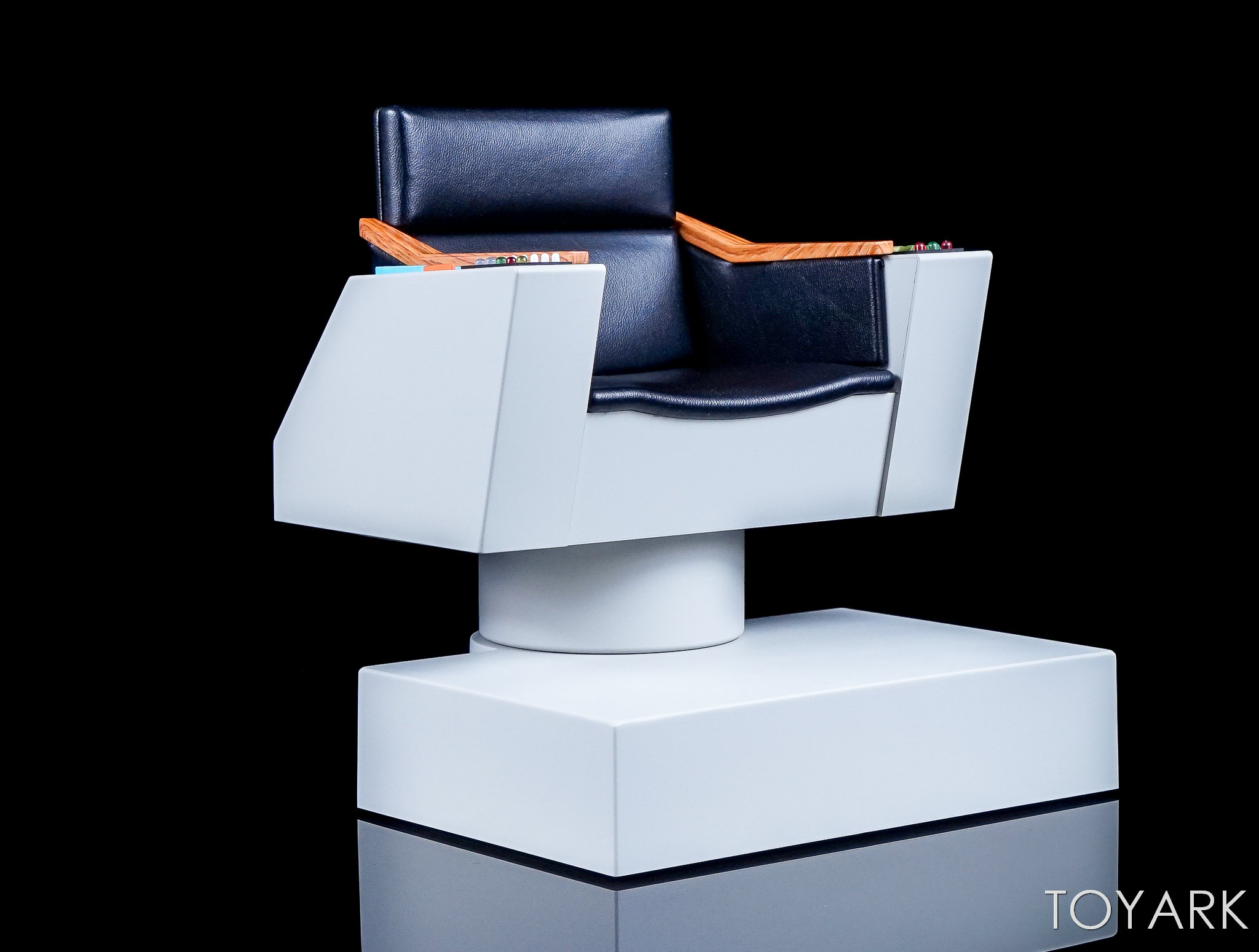 http://news.toyark.com/wp-content/uploads/sites/4/2017/12/QMX-Star-Trek-Captain-Kirk-Chair-011.jpg