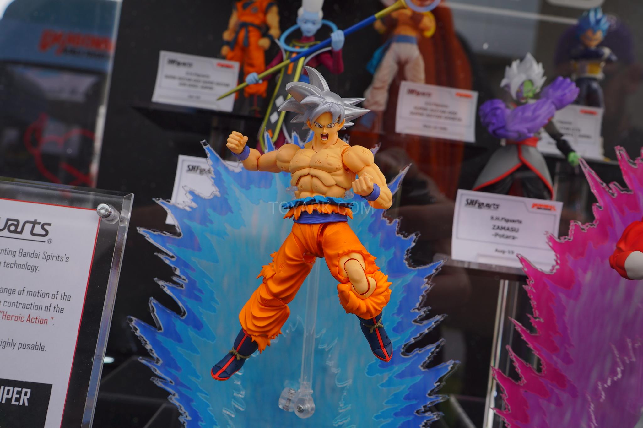 Goku - Figuarts Super Saiyan God Super Saiyan SSB Goku (Review) SDCC-2019-DBZ-World-Event-002
